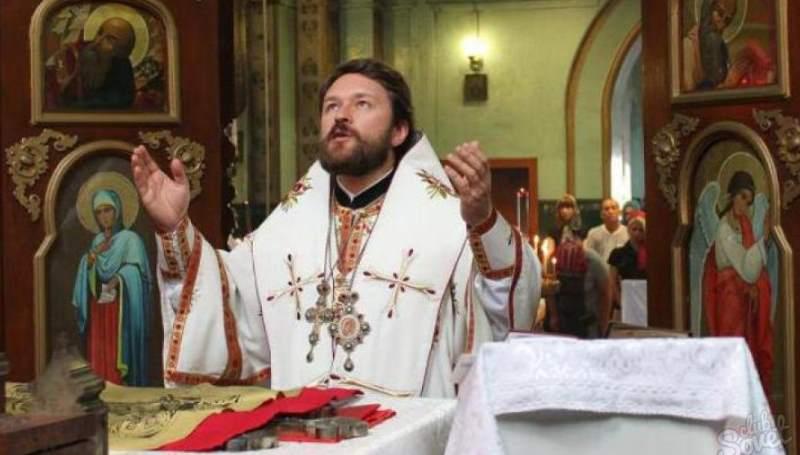 священник, который выглядит уставшим