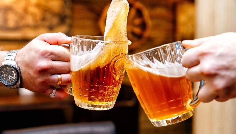 вы пьете пиво и наслаждаетесь данным процессом