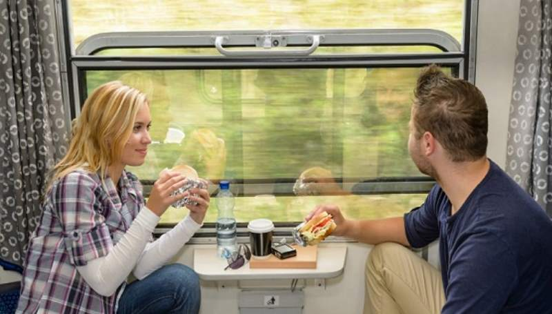 парень и девушка в поезде