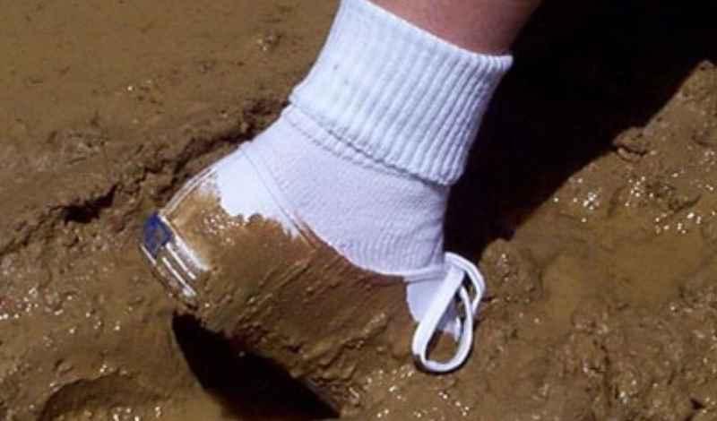 белые кроссовки в грязи